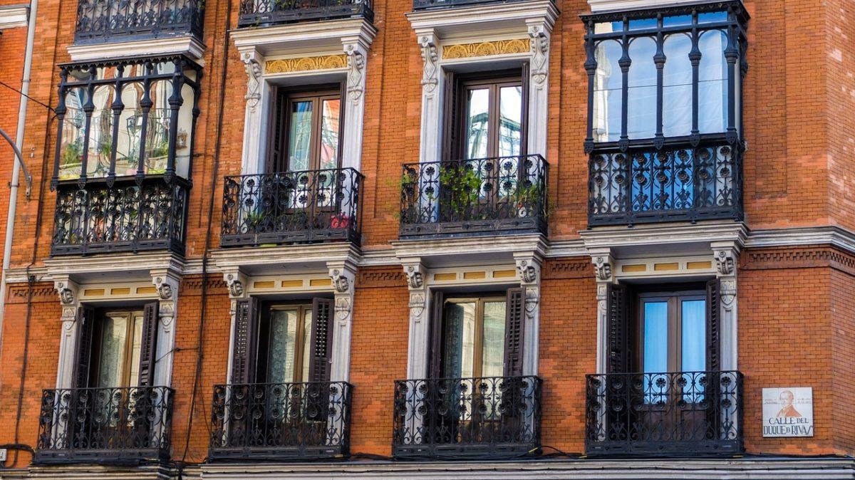 Wakacyjne nieruchomości – gdzie warto zainwestować pieniądze, żeby czerpać zysk przez cały rok?
